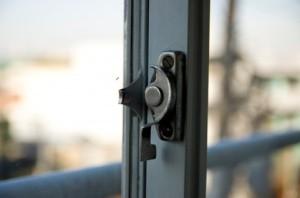 窓やバルコニーが引き違い形式なら、サッシを2枚とも外してしまうことで、さらに大きな搬入口を確保することができる